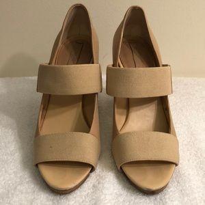 Banana republic sz 7 beige leather heel 4 in heel